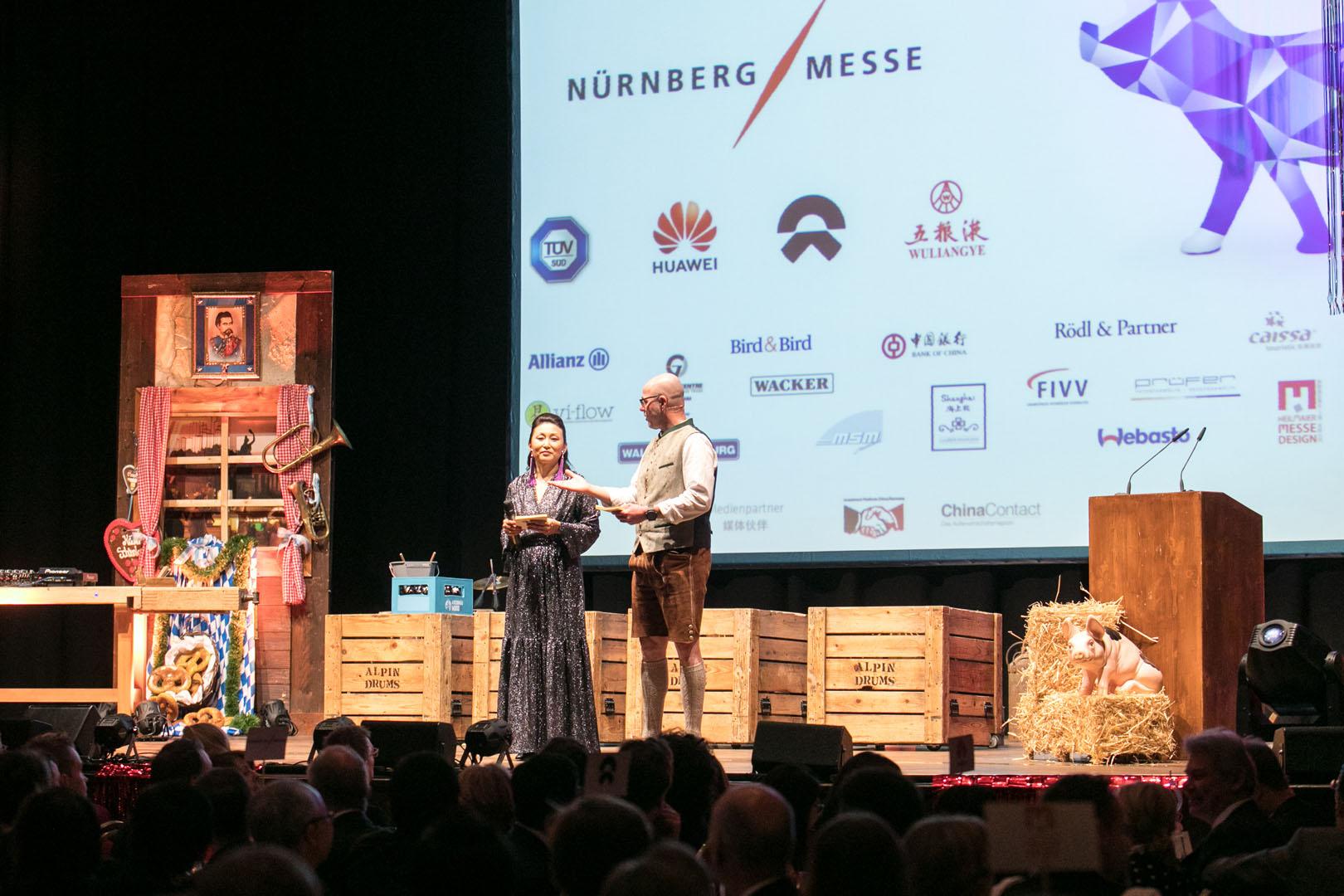 die Moderatoren LI Nan und Stefan Geiger