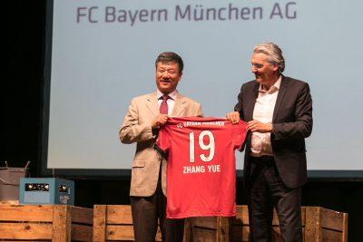 Jörg Wacker vom FC Bayern München und der Chinesische Generalkonsul ZHANG Yue